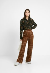 Monki - NADINA BLOUSE - Button-down blouse - green - 1