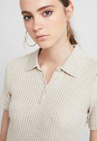 Monki - SIBBEN - T-shirt z nadrukiem - oat melange - 4