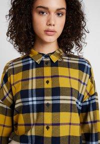 Monki - KELLY CROPPED - Overhemdblouse - yellow medium/navy/mustard - 4
