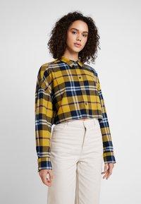 Monki - KELLY CROPPED - Overhemdblouse - yellow medium/navy/mustard - 0