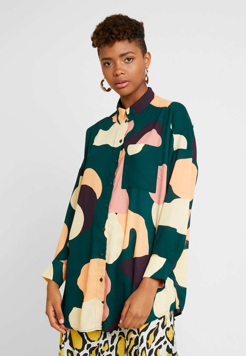 Monki - CATCHING PRINTED BLOUSE - Button-down blouse - dark green