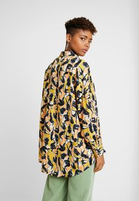 Monki - CATCHING PRINTED BLOUSE - Button-down blouse - multi coloured - 2