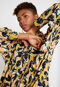 Monki - CATCHING PRINTED BLOUSE - Button-down blouse - multi coloured - 3