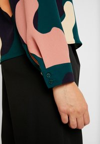 Monki - ISOLDE BLOUSE - Blouse - green - 5