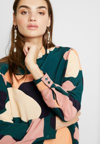 Monki - ISOLDE BLOUSE - Blouse - green - 3