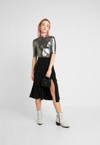 Monki - KIMYA - Camiseta estampada - foile silver - 1