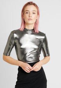 Monki - KIMYA - Camiseta estampada - foile silver - 0