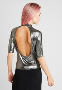 Monki - KIMYA - Camiseta estampada - foile silver - 2