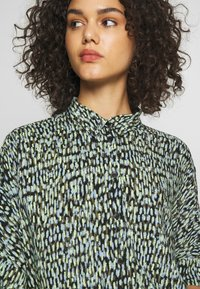 Monki - LUCA BLOUSE - Košile - black - 4