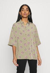 Monki - TAMRA BLOUSE - Košile - khaki/print catty - 0