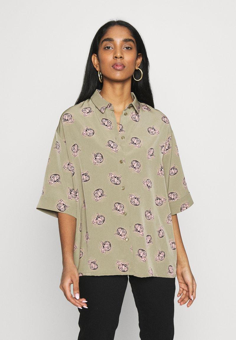 Monki - TAMRA BLOUSE - Košile - khaki/print catty