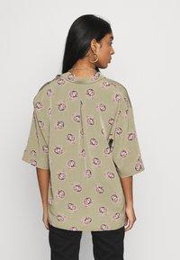 Monki - TAMRA BLOUSE - Košile - khaki/print catty - 2