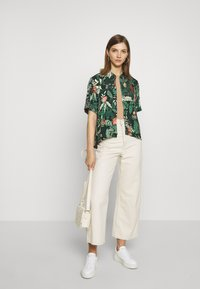 Monki - BITTY BLOUSE - Skjorte - green shapyleves - 1