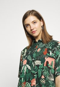 Monki - BITTY BLOUSE - Skjorte - green shapyleves - 4