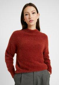Monki - CHIBA - Stickad tröja - rost - 0