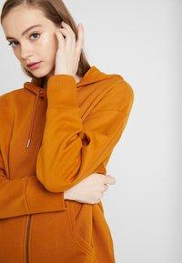 Monki - JOA HOODIE - Zip-up hoodie - camel - 3