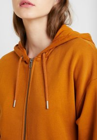 Monki - JOA HOODIE - Zip-up hoodie - camel - 5