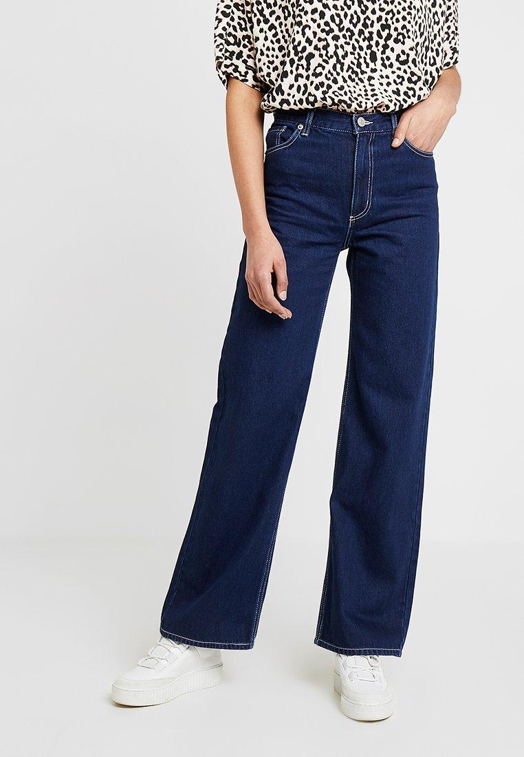 Monki - YOKO RINSE - Flared Jeans - blue