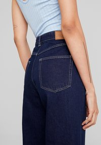 Monki - MOZIK RINSE - Flared Jeans - dark blue rinse wash - 3