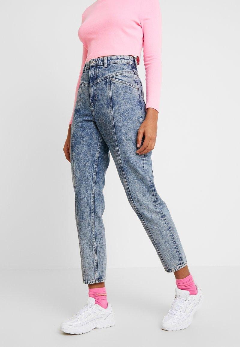 Monki - ANDREA - Jeansy Straight Leg - blue acid wash