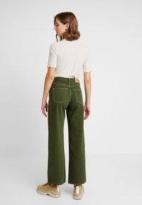 Monki - YOKO - Flared jeans - green - 2