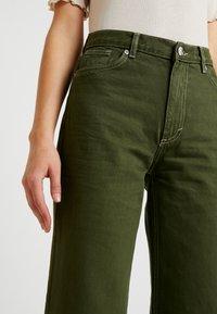 Monki - YOKO - Flared jeans - green - 5