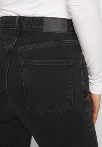 Monki - KIMOMO - Jeans straight leg - black - 5