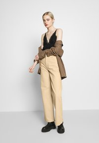 Monki - YOKO - Džíny Straight Fit - beige medium dusty - 1