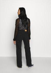 Monki - YOKO - Jeans straight leg - black dark - 2