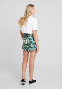 Monki - HEIDI - Shorts - light green/dark pink - 3