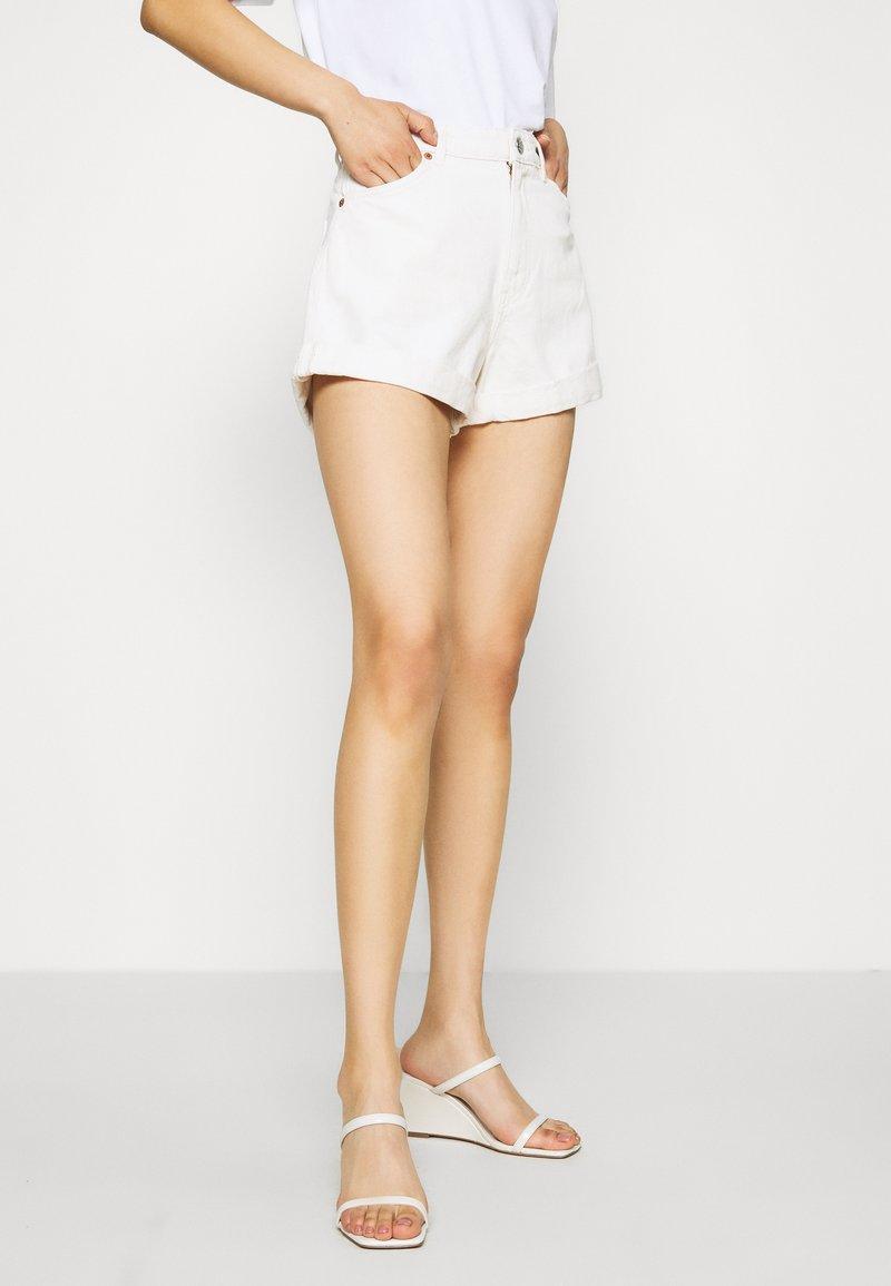 Monki - TALLIE  - Jeansshorts - white light ecru