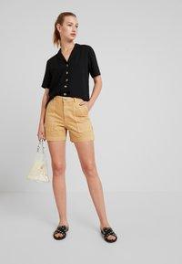 Monki - RIO SHORTS - Jeansshorts - beige/yellow - 1