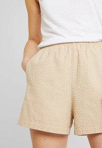 Monki - PIXI - Shortsit - beige - 4