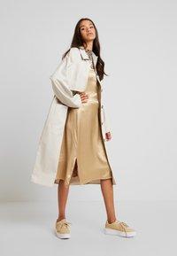 Monki - EMMA - Trenchcoat - beige medium - 1