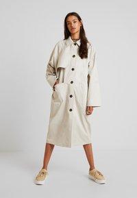 Monki - EMMA - Trenchcoat - beige medium - 0