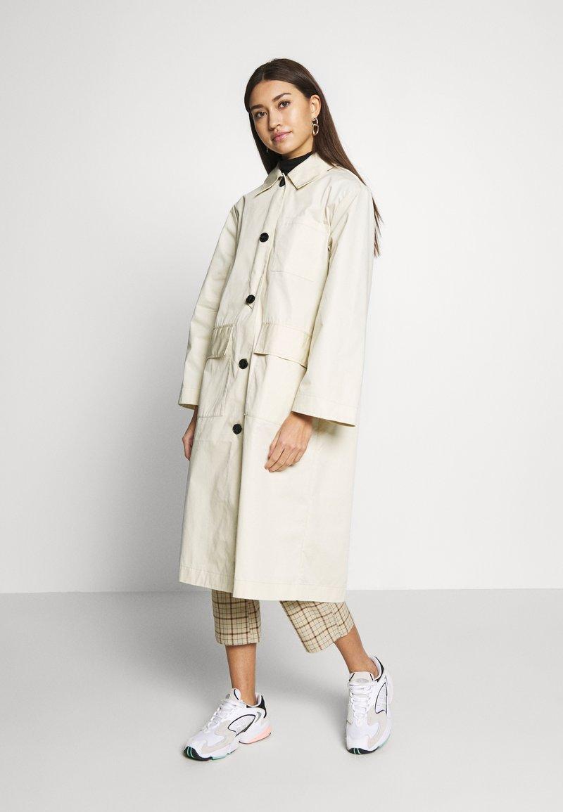 Monki - AUDREY COAT - Trenchcoat - beige dusty