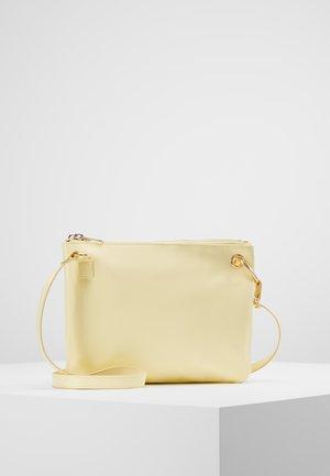 MARCIA BAG - Taška spříčným popruhem - light yellow