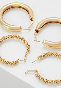 Monki - 2PACK SISSI HOOPS - Pendientes - gold-coloured - 2