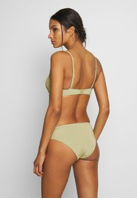 Monki - AZAMI BRA AND MIKA BRIEF SET - Bikini - green - 2