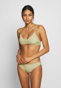 Monki - AZAMI BRA AND MIKA BRIEF SET - Bikini - green - 0