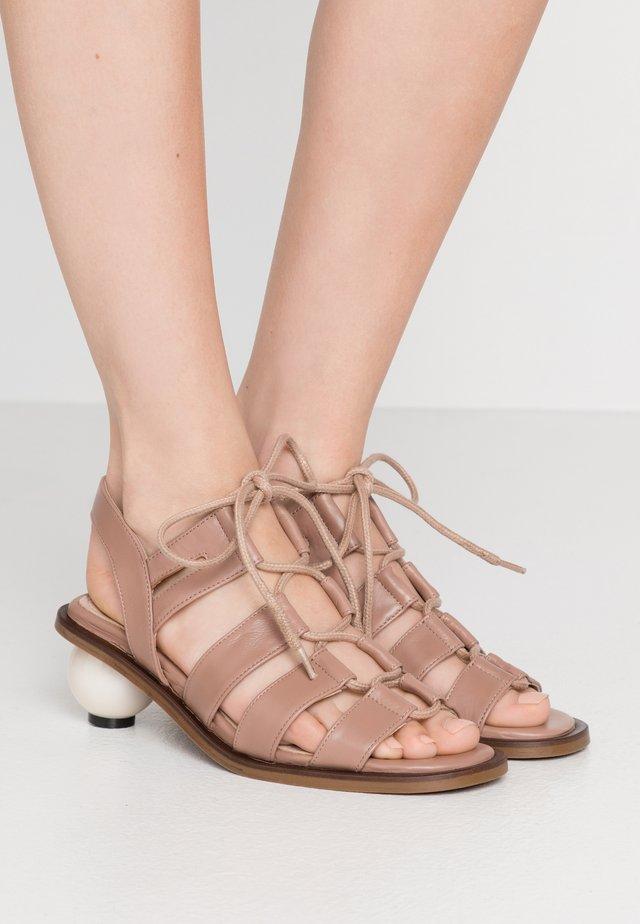 SADIE - Sandaalit nilkkaremmillä - natural tan