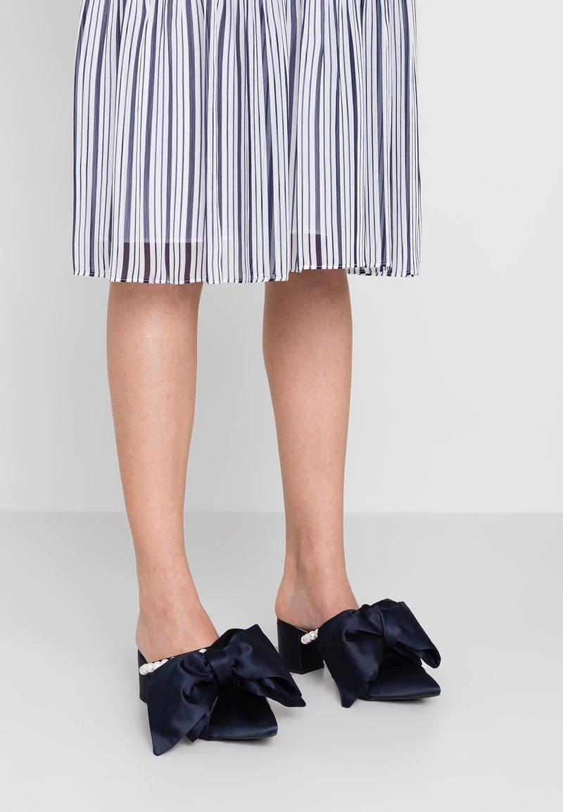 Mother of Pearl - IVY - Pantofle na podpatku - navy