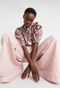 Mother of Pearl - PLEATED FRONT TAILORED TROUSER - Bukser - pink - 4