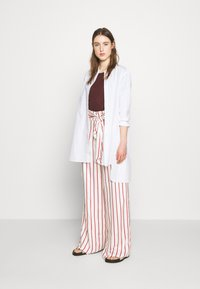 Mother of Pearl - WIDE LEG TROUSER WITH TIE BELT - Stoffhose - red - 1
