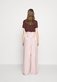 Mother of Pearl - WIDE LEG TROUSER WITH TIE BELT - Stoffhose - red - 2