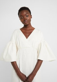 Mother of Pearl - VNECK DRESS WITH PUFF SLEEVE - Iltapuku - ivory - 5