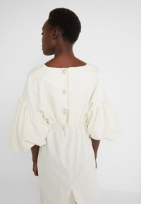 Mother of Pearl - VNECK DRESS WITH PUFF SLEEVE - Iltapuku - ivory - 3