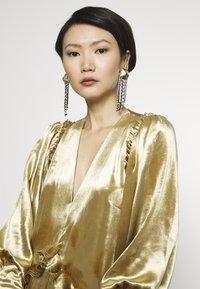 Mother of Pearl - PUFF SLEEVE V-NECK DRESS - Juhlamekko - gold - 3