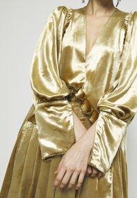 Mother of Pearl - PUFF SLEEVE V-NECK DRESS - Juhlamekko - gold - 5