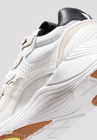 McQ Alexander McQueen - DAKU - Tenisky - white - 2